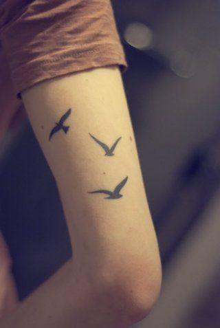 Маленькая татуировка птицы на внешней стороне руки для девушек