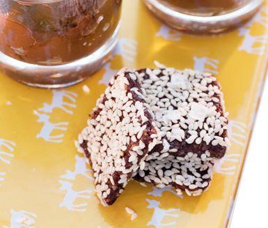 Russin- och nötrutor är lättlagade kakor som alltid uppskattas av russin- och valnötsälskare. Sesamfrön och flingsalt gör rutorna extra goda och vuxenvänliga.