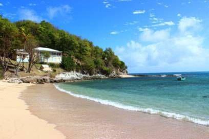 Das Haus steht auf einer Anhöhe direkt am Strand