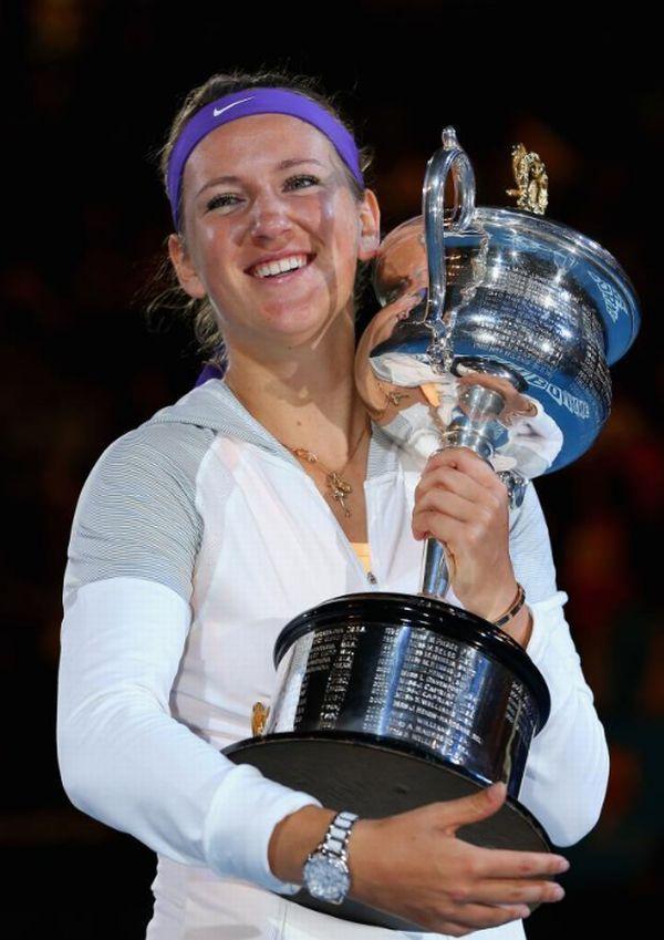 Victoria Azarenka si trofeul cucerit la Australian Open