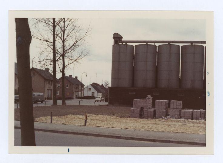 Son, Een zicht op de Van den Elsenstraat-Sint Hubertuslaan met de Silo's van Lenssen. 1973