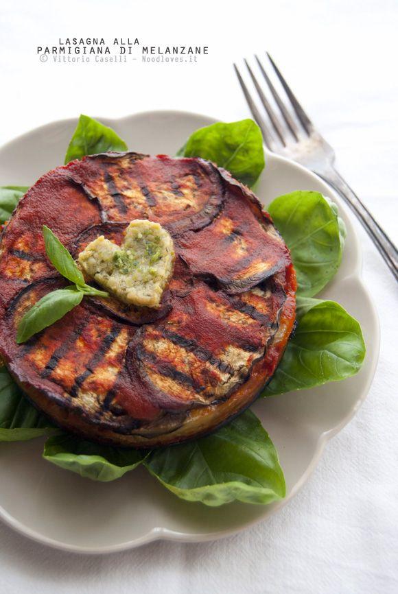 Il piacere perfetto, in una ricetta dal cuore verace! Lasagna (con pasta fatta in casa al pesto) alla parmigiana di melanzane. Una meraviglia di sapore...