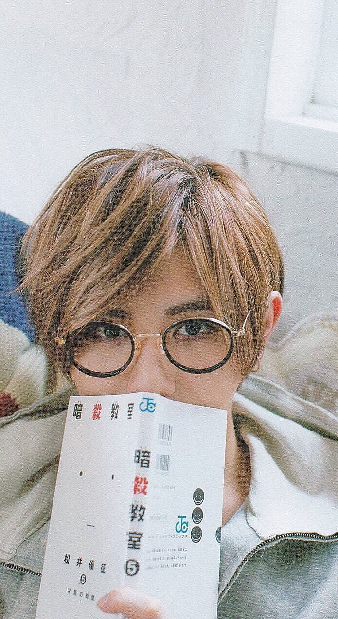 Nyahahaha he so kawaii with glasses and ansatsu mangaXD