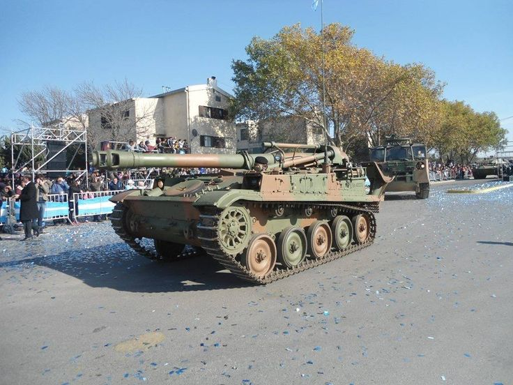 Pieza de artillería autopropulsada AMX F-3 de 155 mm desfilando en la ciudad de Río Cuarto el pasado 25 de mayo, detrás se ven un vehículo amunicionador M548 y un TAM. Foto: Ejército Argentino
