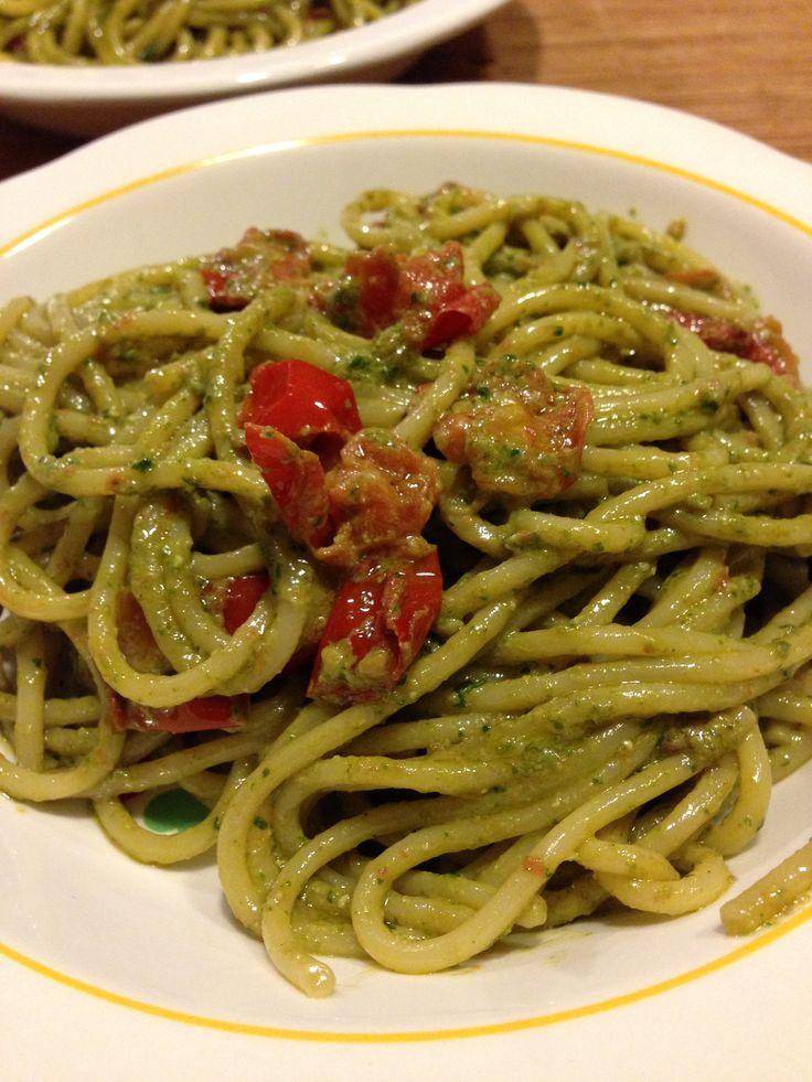 Spaghetti, pesto e pomodorini