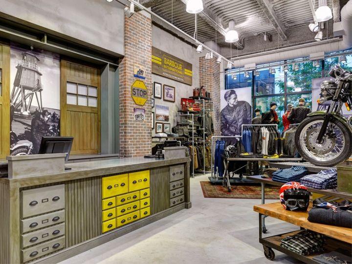 Barbour verkoopt fashion aan stoere mensen en onderstreept dat met het storedesign nog maar eens. De winkel in Chicago - ingericht met een motor, olievaten en veel hout - laat geen ruimte voor twijfel.