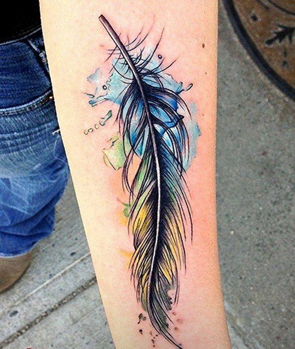 idée de tatouage avant-bras super: plume en couleurs tendres