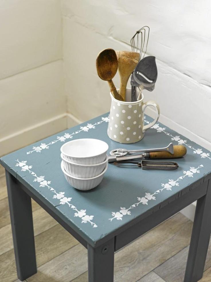 Antigua mesa con pintura nueva los utensilios de cocina - Mesas antiguas de cocina ...