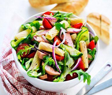 Otroligt enkelt och matigt recept på pastasallad med falu och vitlökskrutonger. Du gör salladen av bland annat zucchini, pasta, falukorv, lök, majs, tomat och ruccola. Snabblagat och gott!
