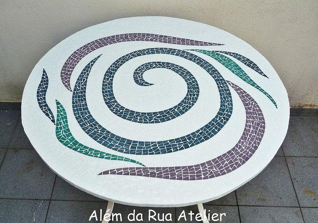 Tampo de mesa em mosaico by ALÉM DA RUA ATELIER/Veronica Kraemer, via Flickr
