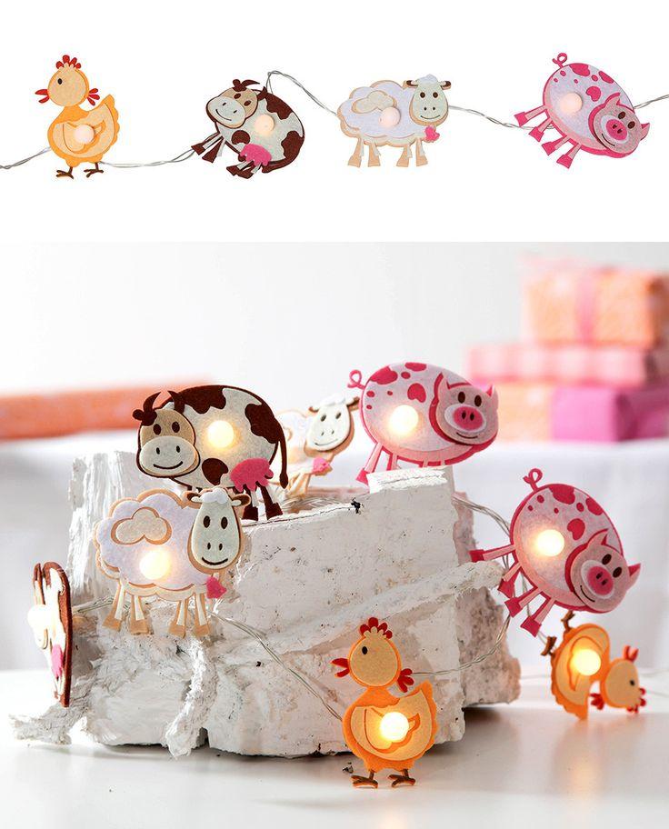 Kjempesøt LED lysslynge fra Star Trading med 8 små figurer av filt. Dyrene fra bondegården er en sau, ku, gris og kylling og vil ta seg godt ut på barnerommet.