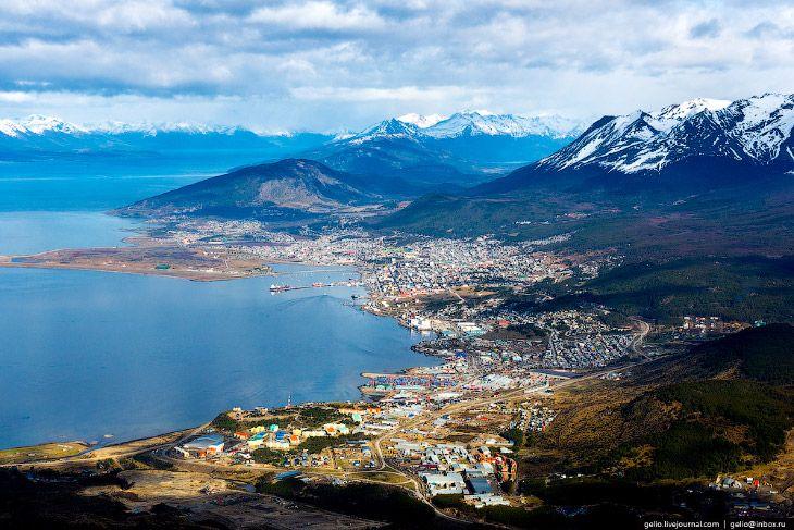 Ушуая — самый южный город планеты http://kleinburd.ru/news/ushuaya-samyj-yuzhnyj-gorod-planety/  Жители небольшого аргентинского городка Ушуая называют свою родину «Краем земли». Другие склонны именовать этот населённый пункт «Воротами Антарктиды». Визит в Ушуаю практически неизбежен сразу в нескольких случаях: если вы планируете посетить Ледяной континент Земли; если огибаете Южную Америку на корабле; если просто любите путешествия по экзотическим местам, ведь Ушуая — самый южный город…