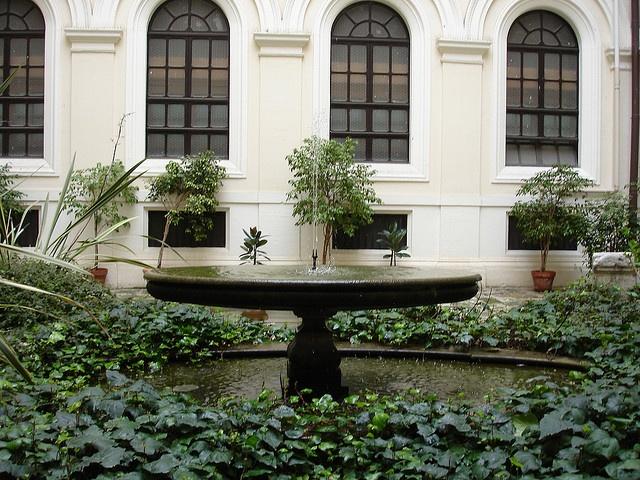 Fontana in un cortile dell'Ateneo