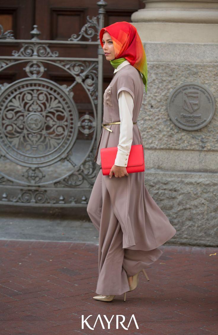 Hafif kıyafetler ile şıklık lüksü. 3 parça takımın en güzel yanı, diğer zamanlarda takımı parçalayarak kullanabilmek  **An elegant 3-piece-suit gives you 4 options for wearing it: the pants seperately, the vest or the blouse seperately and the suit together! -->http://www.kayra.com.tr/p/4502/b4-16004-3lu-takim-koyu-bej