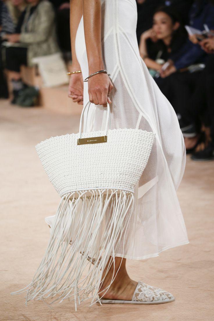 #Bolso en #Color #Blanco con #Flecos de #Balenciaga el #Complemento perfecto para este #Verano #2016