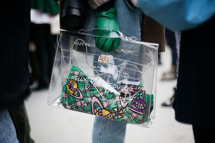 Fotos de street style en Paris Fashion Week: Kelly transparente de Hermes