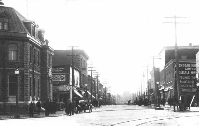 """TITLE Durham St. Sudbury, Ont., circa 1915. -- SOURCE Main Branch. SOURCE Photograph (8"""" x 10""""). DATE 1915. DATE 1915. SUBJECT Sudbury -- Streets -- Durham. NOTE City of Greater Sudbury Heritage Museums Collection. NOTE Donated by Public Archives. NOTE PA 30389. NUMBER MK0011EN."""