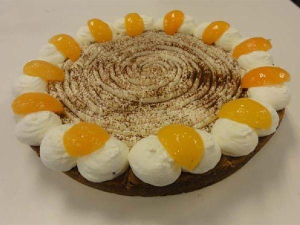 Murcia Taart 26 Cm. Een boterdeeg bodem met banketbakkersroom,  en spaanse abrikozen. Afgewerkt met slagroom en stukjes abrikoos. #boterdeeg #banketbakkersroom #abrikoos #taart