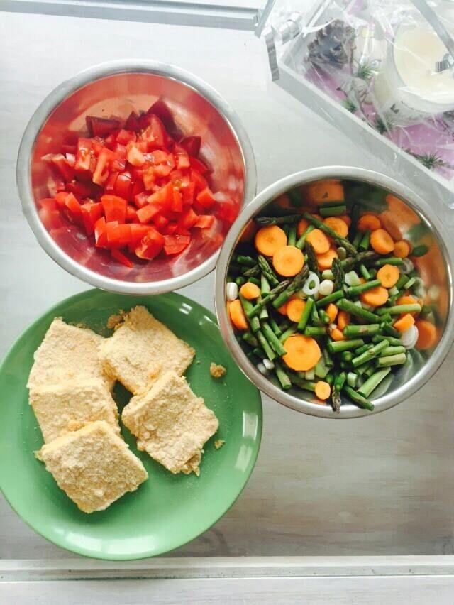 Ich liebe das..... Das Gemüse wird karamelisiert und mit Balsamico abgelöscht. Das Ganze schmecke ich mit Cashew Creme hab. Den Tofu hab ich normal paniert und hab mir Avocadomayo dazu gemacht. Enjoy