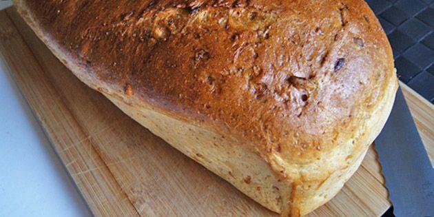 Super godt gulerodsbrød med solsikkekerner, som giver en herlig struktur. Brødet er nemt at lave, dejligt luftig, og så har det en fantastisk sprød skorpe.