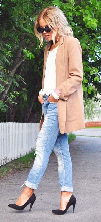 Gros gilet beige + top blanc + jean boyfriend + escarpins noirs