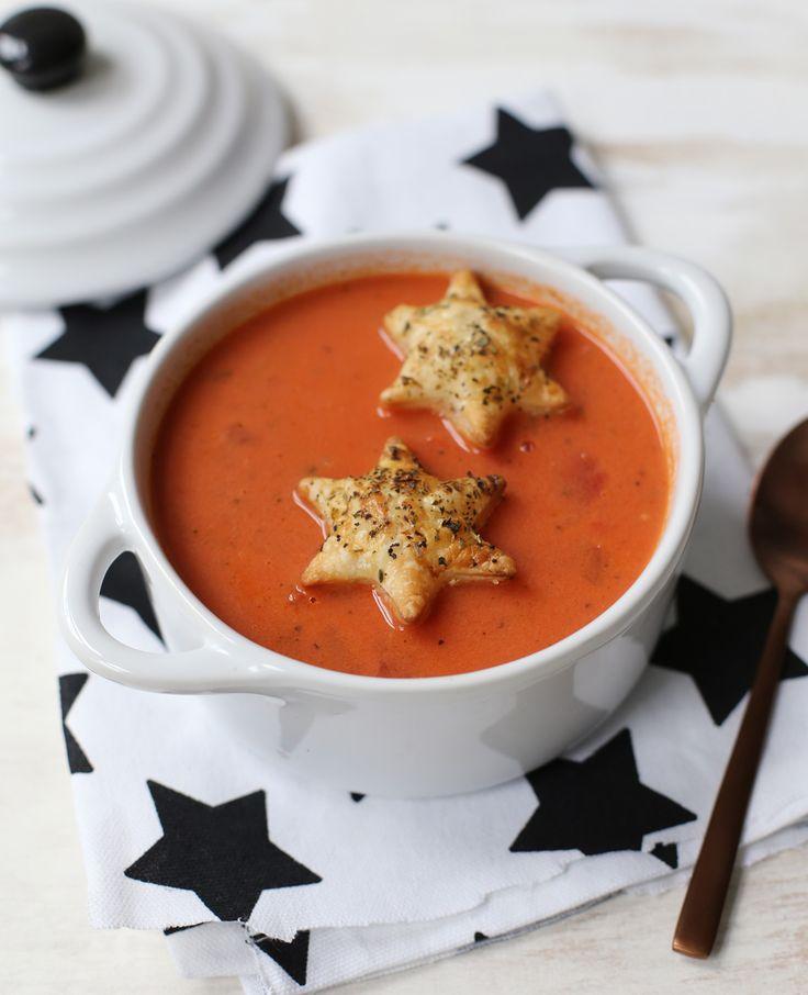 Deze heerlijke tomatenroomsoep is perfect als voorafje tijdens de kerstdagen. Je maakt 'm helemaal af met de kerststerren! Ziet het er niet leuk uit? Tomatenroomsoep met kerststerren Voor 2 personen Dit heb je nodig 1 blik tomatenblokjes (400 gr) of…