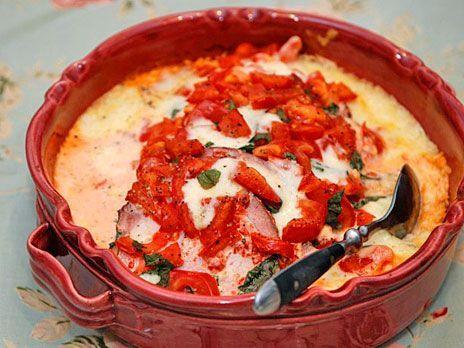 Snabblagad och god kassler i krämig sås på crème fraiche, basilika och tomat. Gratinera i ugnen med riven mozzarella.