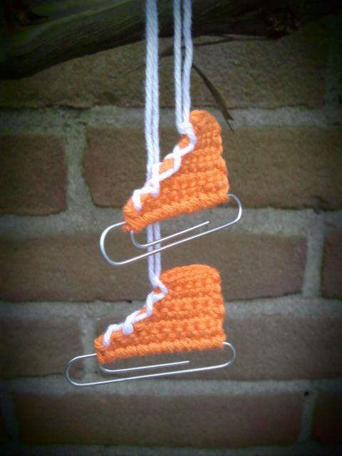 Oranje schaatsen. Voor de schaatsliefhebber, een paperclip, 11 vasten erom heen. Toer 2, 1 keerlosse 10 vasten, Toer 3 1 keerlosse 7 vasten. Toer 4 1 keerlosse 7 vasten. Toeren 5 t/m 8, 1 keerlosse 5 vasten. Veter rijgen draadjes wegwerken