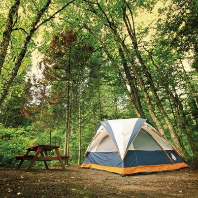 Quel plaisir de s'offrir une escapade de quelques nuitéesdans la nature! Le Québec propose une foule de campingsexceptionnels: en voici 50 qui sauront répondre àvos besoins, que vous prévoyiez passer des vacancesen amoureux, en famille ou entre amis!