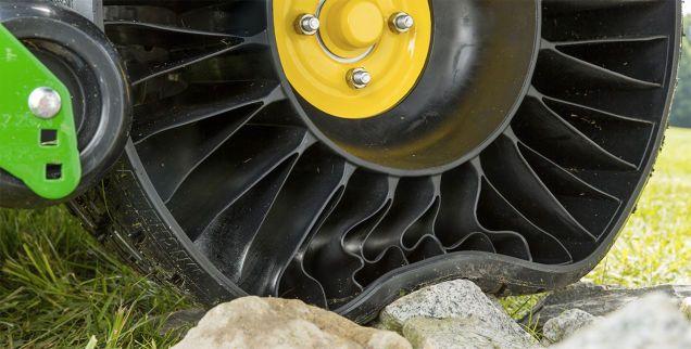 ノーモア・パンクな「エアなしタイヤ」を採用したのは芝刈り機!? 2