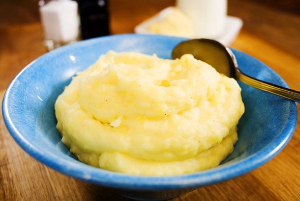 Nigella's mashed potatoes - very creamy   3 pcs medium floury potatoes 0.75 dl milk (3%) or cream 50g unsalted butter salt white pepper nutmeg