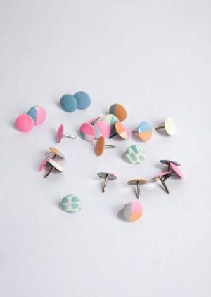 Was Sie brauchen: Reißzwecke und bunten Nagellack. Verpassen Sie den kleinen Pins einen neuen Look und lassen Sie dabei Ihrer Fantasie freie...