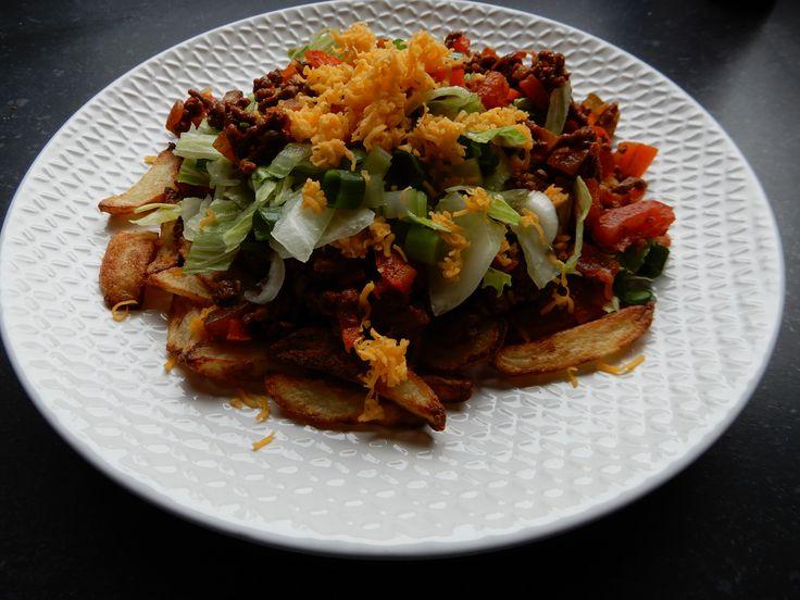 Recept voor zelfgemaakte mexicaanse kapsalon zonder pakjes en zakjes. Met pittig gehakt met paprika, tomaat, ui, cheddarkaas, chilisaus, patat