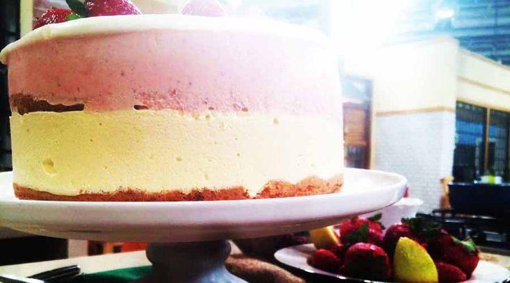 Torta helada de frutilla en base de bizcochuelo de limón