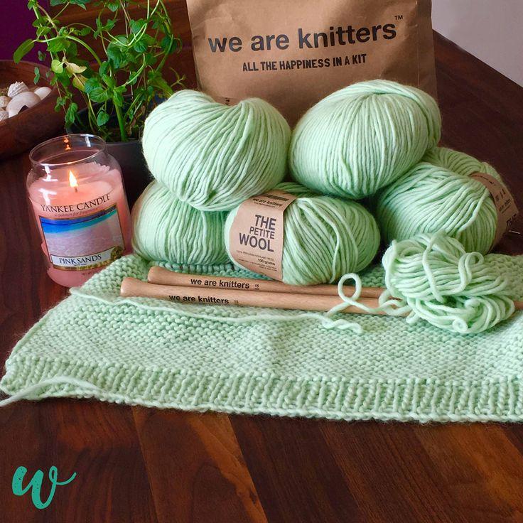 Summervibes im November? Klar! Mit dem Classic Sweater von we are knitters in Minze hole ich mir das Urlaubsgefühl zurück ins Wohnzimmer #summervibes #summer #sommer #weareknitters #wak #wakaddict #wakaholic #mint #yankeecandle #lakesand #☀️#mojito #knitters #knittersofinstagram #thepetitewool #knittingsisters #sweater #knittersgonnaknit #makersgonnamake #selfmade #diy #handmadewithlove #slowfashion #germanblogger #germanblog #strickenmachtglücklich #dontpanic #lasstunsstrickenmädels…