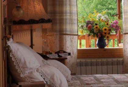 Ręcznie zdobiona pościel, babcina lampa i styl rustykalny w Siódmym Lesie. http://www.eskapista.com/pl/polska/hotele/siodmy-las