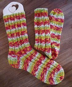 """Das Muster heißt """"Falsche Schwarzwaldzöpfle"""" und stammt von Ingrid Schiller. Ich finde, es passt hervorragend zu musternder Sockenwolle. Ich verwende es zumeist auf der äußeren oberen Fußseite, stricke Socken also gegengleich. Dabei verteile ich das Muster nach dem Bündchen von zwei rechts zwei links so, dass die rechts gestrickte Rippe zu dem Zopf wird. Ich...weiterlesen"""