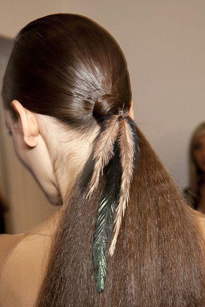 Хочешь выглядеть стильно этой зимой? Бери пример с моделей показа Gucci! Стилисты украсили их волосы разноцветными перьями.
