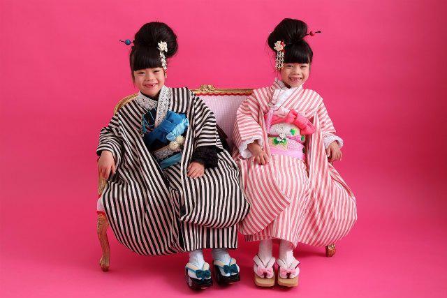 豆千代モダンを着た双子ちゃん Mamechiyo modern kimono twins (753)