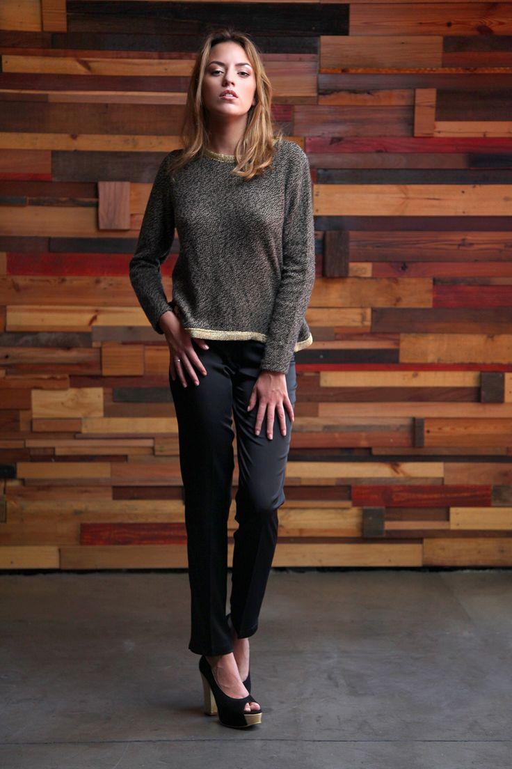 Frente: Sweater con ribetes en oro - Pantalón recto raso de seda con cadena