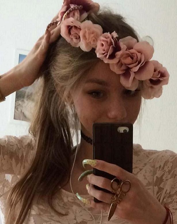 #Teenager non si taglia le unghie da 3 anni!   Siamo in #Germania e la #ragazza in questione si chiama Simone Taylor in arte Christina Simone, di 16 anni. Dedicando 3 ore e mezzo del suo tempo tutti i giorni, adesso ammette di avere qualche difficoltà a svolgere delle normali attività quotidiane!    #crazynails #nail #unghie #manicure #nailpolish #smalto #naildesign #longnails  #nailaddict #glitter #frenchnails    Leggi tutto qui 💅