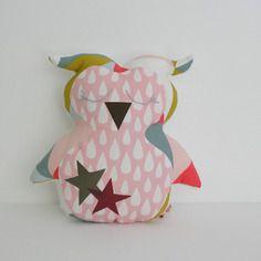 Peluche doudou chouette hibou taille m rose blanc gris à motifs graphiques et gouttes d'eau