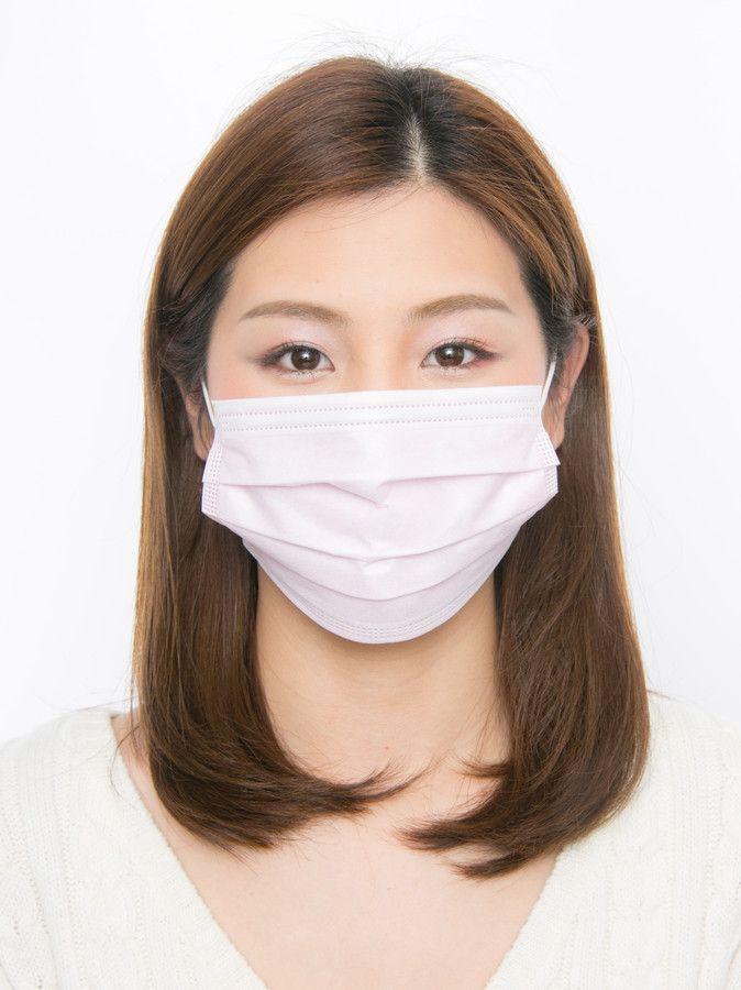 風邪や花粉症対策などで、マスクを付ける人は多いもの。マスクは顔の大部分を覆うので、ついついメイクを疎かにしてしまいがち。でも気をつけて!マスクから出ている、目周り部分の印象で、一気に老けてしまうことも……。そこで今回はマスク美人になれるメイクのポイントをお伝えします。