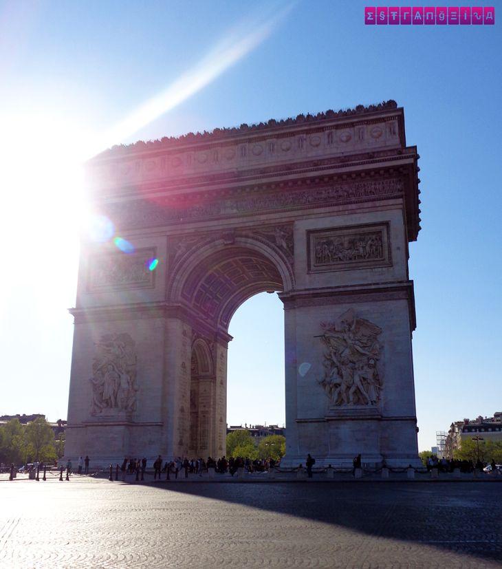 Arco do Triunfo iluminado! Veja nosso roteiro completo de 6 dias em Paris. Mostramos as principais atrações, onde ir, o que comer e dicas para economizar!