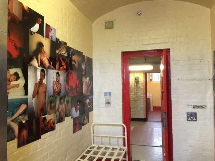 Редингская тюрьма в Лондоне в 2013 году перестала быть тюрьмой, а в 2016 году стала культурным центром. Сейчас там проходит выставка «Внутри» (Inside), посвященная самому знаменитому ее заключенному — Оскару Уайльду, в стенах Редингской тюрьмы написавшему De Prófundis. Команда арт-звезд, в числе которых Стив Маккуин, Нэн Голдин, Вольфганг Тильманс, Марлен Дюма, разобрала себе кто коридор, кто камеру или подсобку, чтобы поговорить о преступлении и наказании, вине, любви и одиночестве.