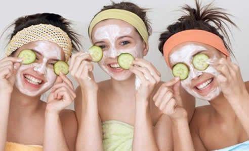 Masker wajah terkadang diperlukan untuk melengkapi perawatan wajah anda. Nah, mari kita coba membuat masker wajah alami sendiri di rumah yuk...