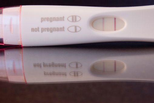 12. Si un hombre orina en una prueba de embarazo y da positivo, puede ser señal de cáncer testicular.