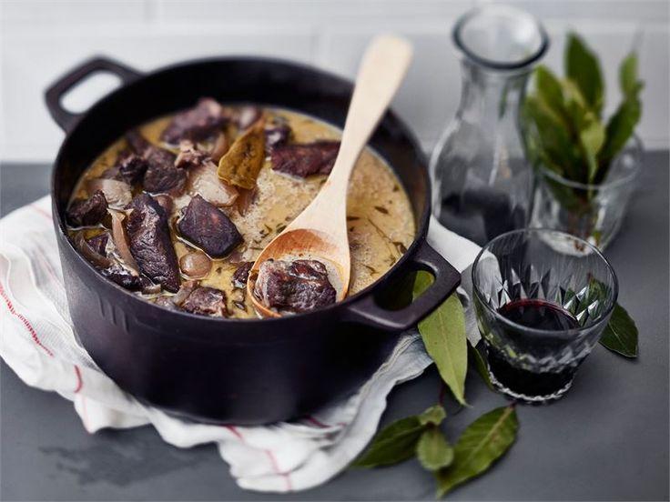 Karjalanpaistiliha on loistava pääraaka-aine myös muihin pataruokiin perinteisen karjalanpaistin lisäksi. Punaviinissä haudutettu kermainen karjalanpaisti maistuu arjessa ja juhlassa.