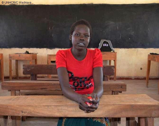 """""""Dare il massimo negli studi è il regalo migliore che possa offrire al mio paese, perché con un'educazione si può raggiungere qualsiasi traguardo"""". Complimenti a Naomi per aver ottenuto il punteggio più alto agli esami in Kenya!  Naomi è una rifugiata del Sud Sudan, ma più determinata che mai a inseguire il suo sogno di diventare un neurochirurgo. La sua scuola è stata aperta dall'ambasciatrice UNHCR Angelina Jolie nel campo rifugiati di Kakuma."""