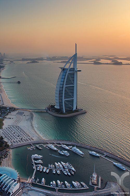 El árabe Burj Al-y Hotel de Playa Jumeirah, pegado un tiro de un helicóptero
